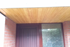 Holzvertäfelung eines Haustürvordaches