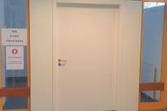 Wand mit HPL-Platte beplankt