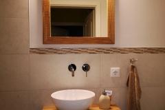 Waschtisch und Spiegel aus gebürsteter Eiche