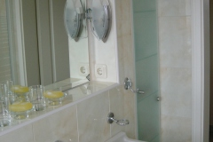 Badezimmerschrank weiß lackiert