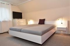 Bett aus weißer Multiplexplatte