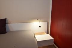 Detail Bett aus weißer Multiplexplatte