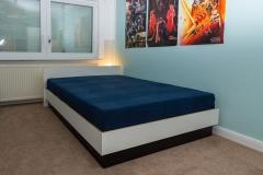 Bett aus weißer Multiplex mit schwarzem Untergestell