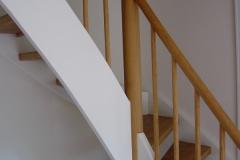 Treppe in Eiche mit weißen Wangen